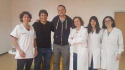 El escritor Francesc Miralles visita la Unidad de Crisis deAdolescentes